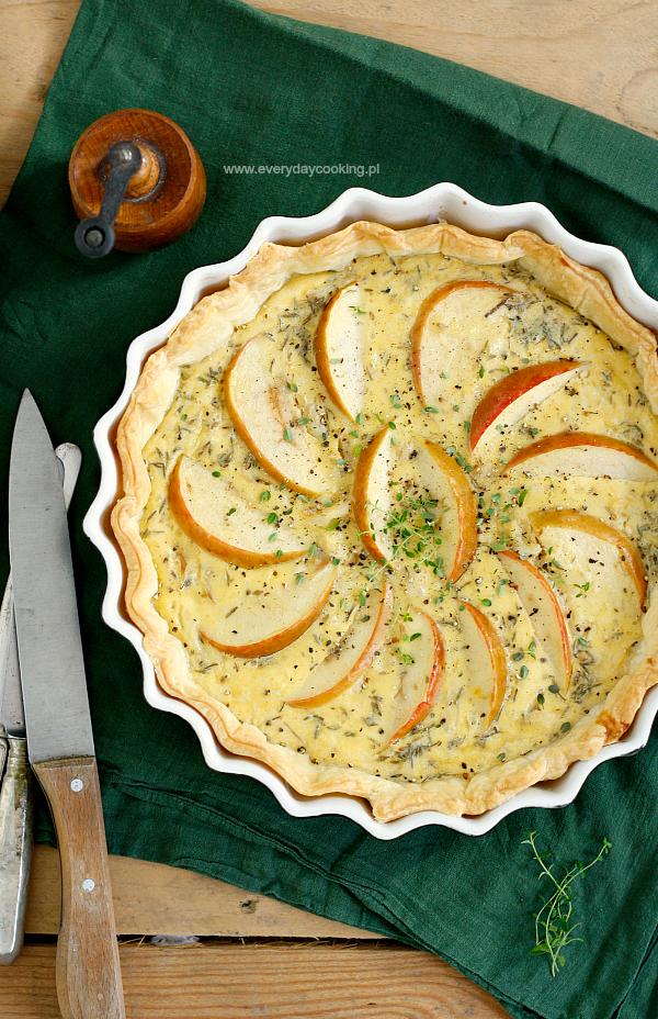 Tarta na cieście francuskim z wędzoną rybą i jabłkiem