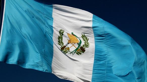 Bandera de Guatemala ondeando al viento