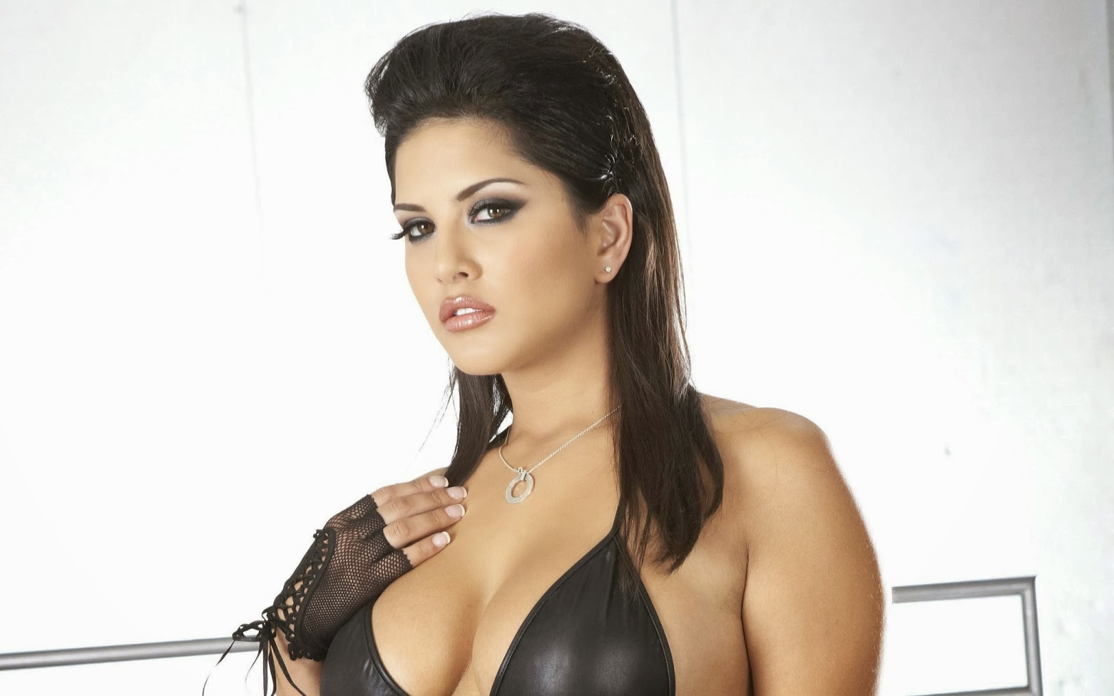 Sexy and hot wallpapers of Sunny Leone bollywood actress