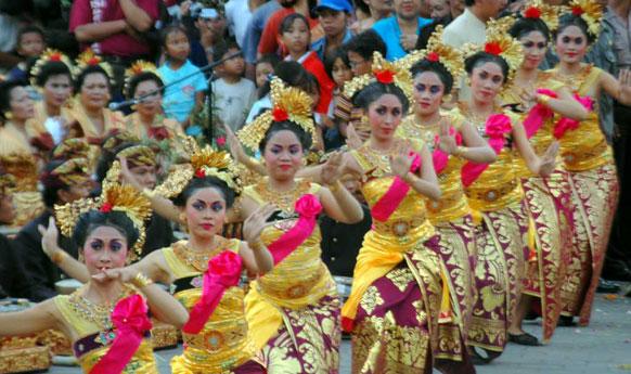 di seluruh Bali, menawarkan tarian, musik dan keindahan budaya mereka