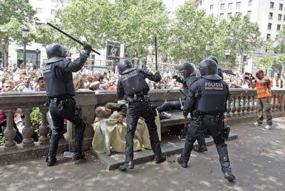 varios policías dan una paliza a un sin techo
