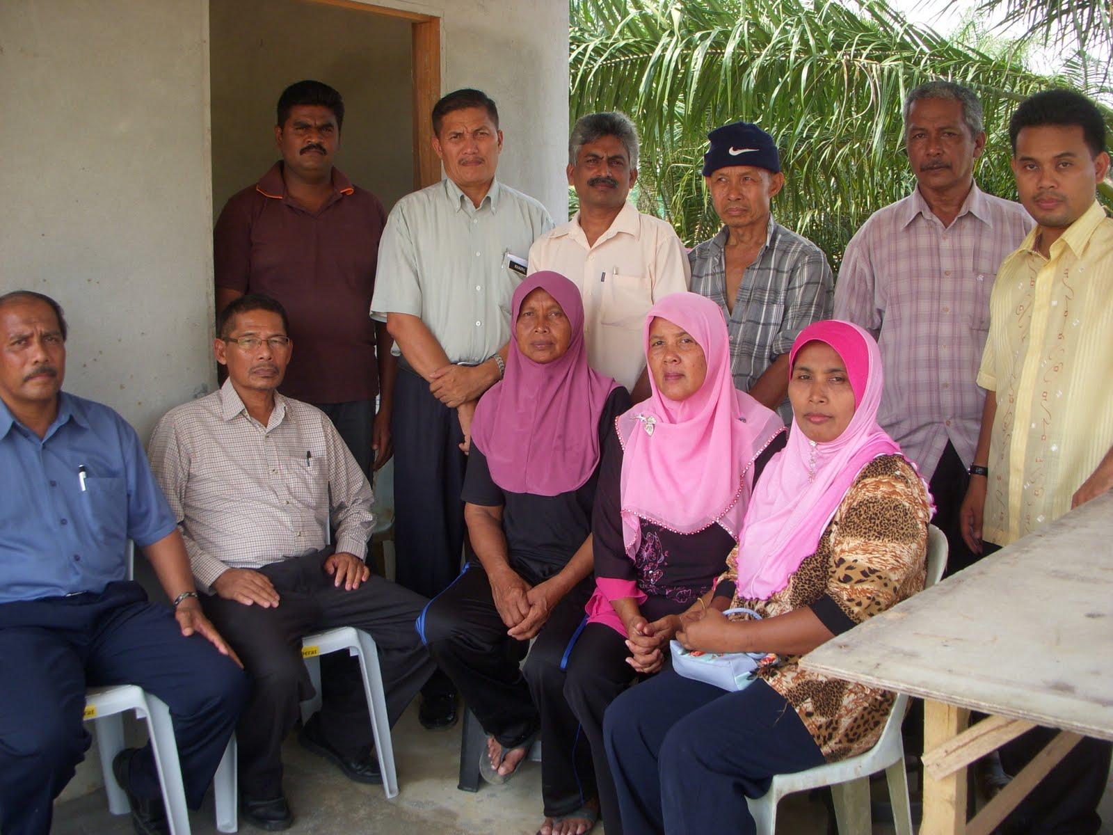 Dari kiri Sdr Karip Pengerusi Biro Masyarakat Felda dan Orang Negeri Sembilan merangkap Bendahari Biro Masyarakat Biro Felda dan Orang Asal PKR Pusat