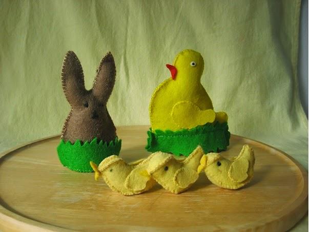 Haasje en kuikentje van vilt voor de seizoentafel met Pasen