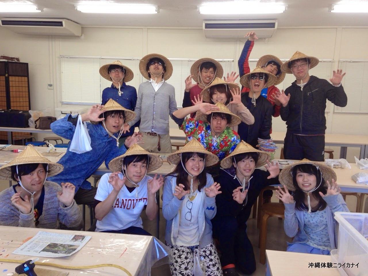 沖縄卒業旅行でサトウキビ刈り体験