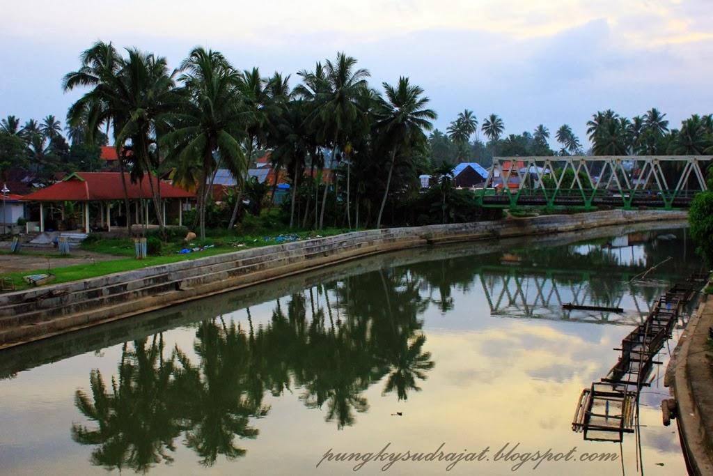 Sungai Batang Agam dari sisi lain jembatan