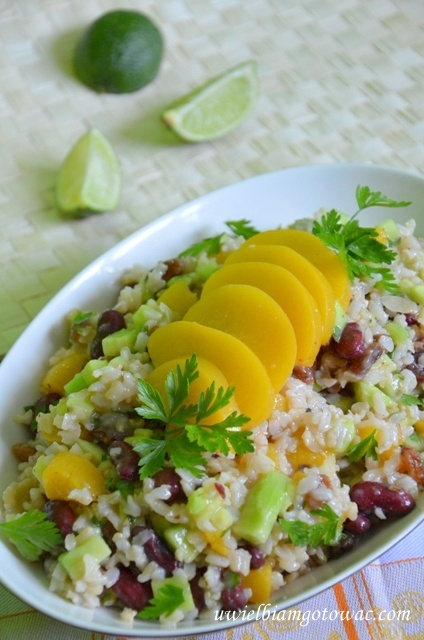 Sałatka z brązowego ryżu, brzoskwini i fasolki