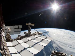 Снимок МКС, яркого Солнца и горизонта Земли