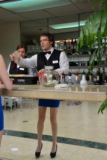 foto pelayan memakai rok