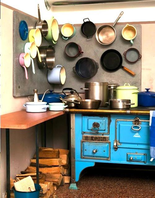 Perfektes Memoboard in der Küche - kein Topf geht verloren! Foto: Thomas Licht