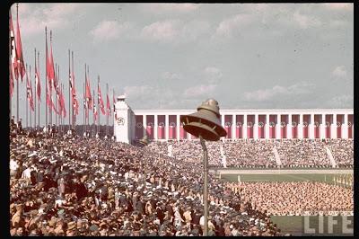 """Κομματικό συνέδριο της Νυρεμβέργης Από τη Βικιπαίδεια, την ελεύθερη εγκυκλοπαίδεια Ο «Θόλος φωτός» στο συνέδριο της Νυρεμβέργης το 1936  Το κομματικό συνέδριο της Νυρεμβέργης (γερμ. Reichsparteitag der NSDAP) ήταν εκδήλωση που διοργάνωνε το Ναζιστικό Κόμμα ετησίως από το 1923 ως 1938 στη Νυρεμβέργη της Γερμανίας. Ειδικά, μετά από την άνοδο του Χίτλερ στην εξουσία το 1933, ήταν το μεγαλύτερο προπαγανδιστικό γεγονός του ναζιστικού κράτους.  Πίνακας περιεχομένων      1 Ιστορικό     2 Συνέδρια         2.1 Η Εκδήλωση         2.2 Το στάδιο     3 Παραπομπές     4 Εξωτερικοί σύνδεσμοι  Ιστορικό Ο Χίτλερ παρευρίσκεται στην παρέλαση των SA στην Νυρεμβέργη το 1935  Το πρώτο κομματικό Συνέδριο των Ναζί έγινε το 1923 (27-29 Ιανουαρίου) στο Μόναχο, και ακολούθησε το δεύτερο συνέδριο το 1926 (3-4 Ιουλίου) στην Βαϊμάρη. Από το 1927 και μετά γινόταν κάθε χρόνο στη Νυρεμβέργη, ενώ το 1928 το Συνέδριο αναβλήθηκε λόγω οικονομικής δυσχέρειας του Κόμματος. Η Νυρεμβέργη επιλέχτηκε για λόγους ευχέρειας, αφού η γεωγραφική της θέση είναι στο κέντρο του Γερμανικού Ράιχ και είχε ευρυχωρία για να συγκεντρώσει το αναμενόμενο πλήθος κόσμου. Τόπος της εκδήλωσης ήταν το στάδιο Λούιτπολντχάιν. Επιπλέον, το τοπικό σκέλος του ναζιστικού κόμματος στην Φρανκονία ήταν πολύ καλά οργανωμένο. Διοργανωτής του Συνεδρίου ήταν ο γκαουλάιτερ Γιούλιους Στράιχερ. Από το 1933 η συνέλευση μετονομάστηκε σε «Κομματικό συνέδριο του Γερμανικού λαού», η δε εκδήλωση καθιερώθηκε να γίνεται πάντα μέσα στο πρώτο δεκαπενθήμερο του Σεπτεμβρίου και να διαρκεί συνολικά οκτώ ημέρες. Σκοπός του συνεδρίου ήταν η σύσφιξη της επαφής της αρχηγίας του κόμματος με τον λαό. Το πλήθος του κόσμου που λάμβανε μέρος αυξάνονταν χρονιά με την χρονιά, και τελικά ξεπέρασε το μισό εκατομμύριο. Συνέδρια Το συνέδριο του 1934      1923 - 1ο κομματικό συνέδριο. Έγινε στο Μόναχο στις 27 - 29 Ιανουαρίου 1923     1923 - """"Ημέρα της Γερμανίας"""". Έγινε στην Νυρεμβέργη στις 1 Σεπτεμβρίου 1923     1926 - 2ο κομματικό συνέδριο. Έγινε στην Βαϊμάρη στις 3 - 4 Ιο"""