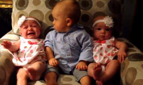 El vídeo que muestra la confusión del bebé al ver a sus dos hermanas idénticas.