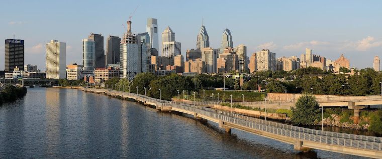 La ciudad de Filadelfia, Estados Unidos, vista desde el puente South Street Bridge. Fotografía toma