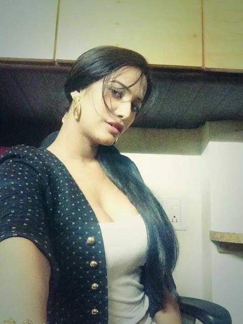 Twitter Queen Poonam Pandey Selfie Show