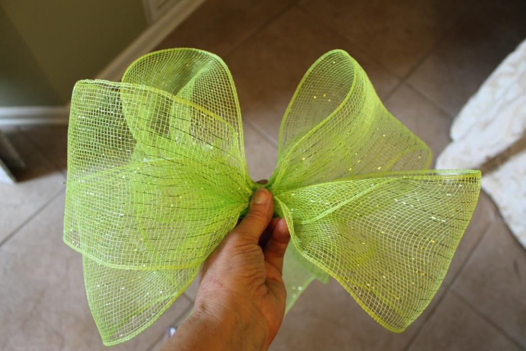 "of a bow with 4"" green deco mesh ribbon."
