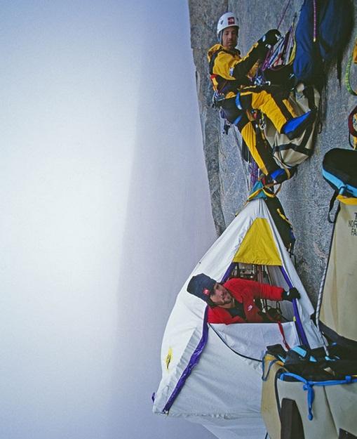 Gambar-gambar mendaki dan berkhemah di pinggir gunung batu - Gordon Wiltsie