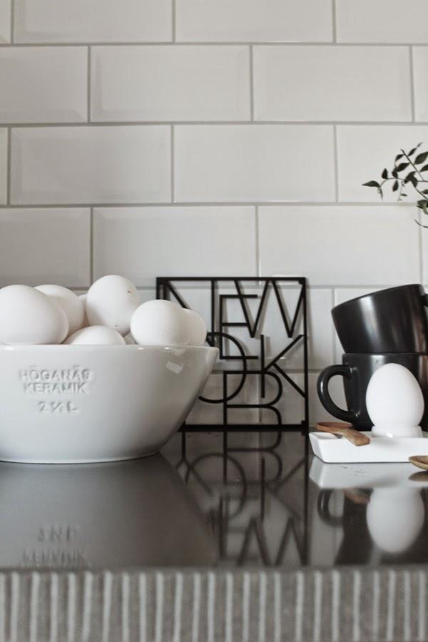 höganäs vit stor skål med ägg, äggen, vitt, grytunderlägg new york, stockholm, göteborg, london, los angeles, äggkopp, äggkoppar, påsk, påsken 2015, inredning, webbutik, inredningsblogg, inrednings, blogg, boggar, i köket, kök, köksdetaljer