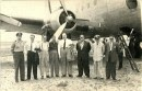 Héctor y su jazz en una gira al pie del ala del avión