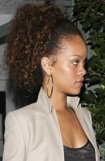 Rihanna yine kahverengi saçlarını çok gergin bir şekilde toplattırmış ve at kuyruğuna kıvırcık model verdirmiştir.