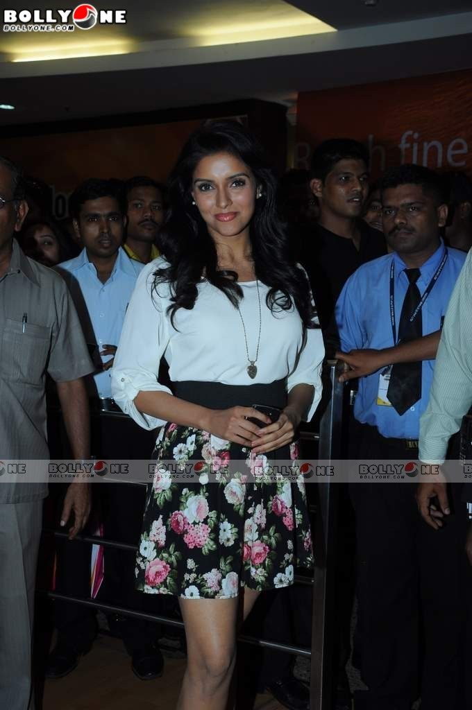Asin promotes Ready film at Provogue store