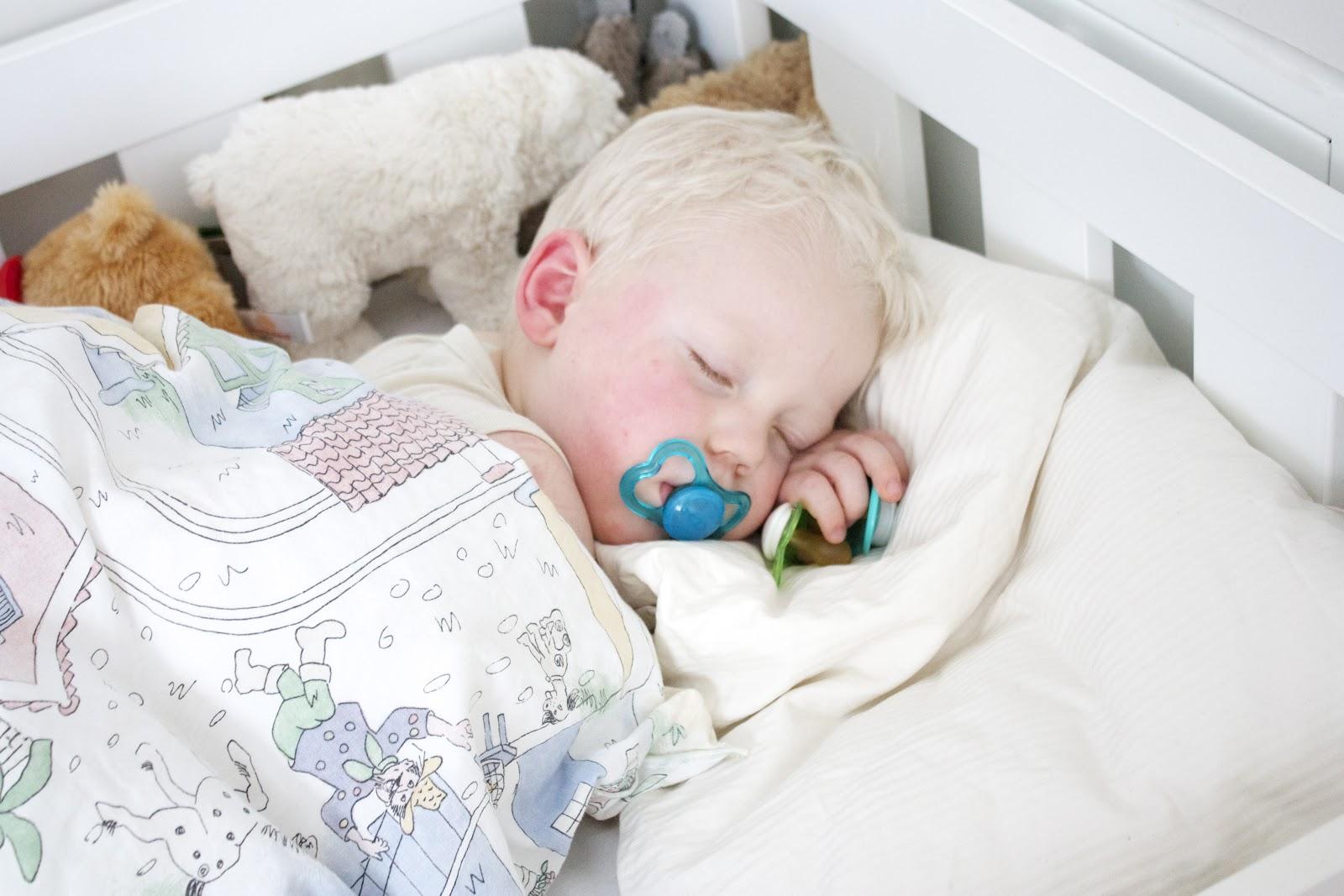 Knotter Barnerom: Vibelig: Barnerom :). En liten trtt gutt og et ...