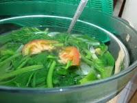 mencuci sayuran daun