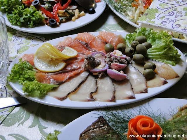 Риба холодного копчення на українському весільному столі