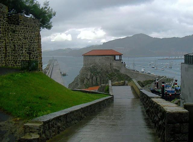 Puente Medieval, Ermita de Santa Ana y Rompeolas de Castro Urdiales
