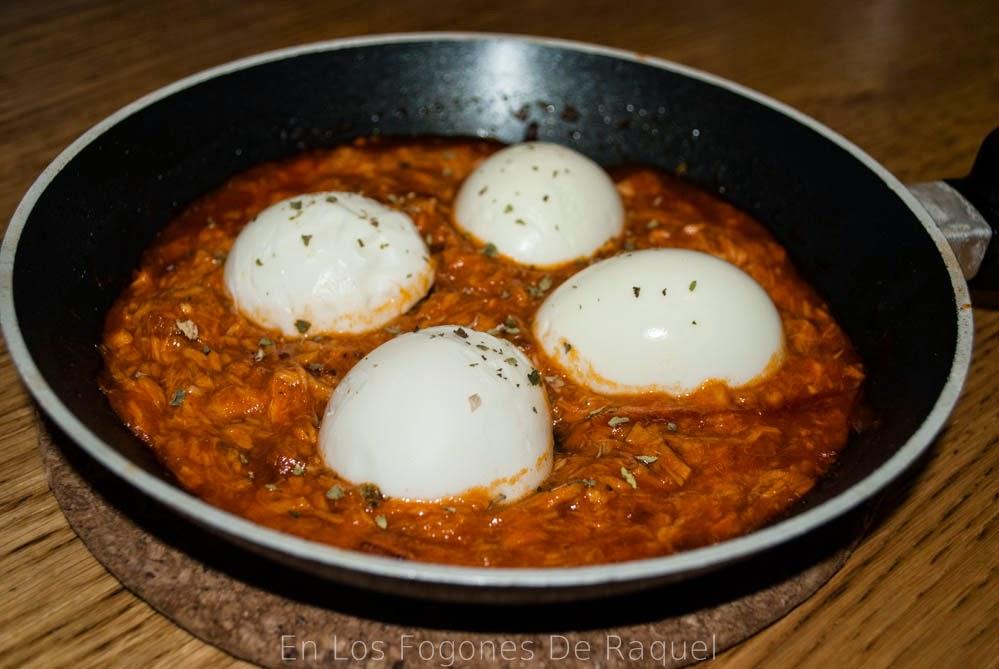 http://enlosfogonesderaquel.blogspot.com.es/2014/04/huevos-cocidos-con-salsa-de-tomate-y.html