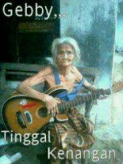 nenek nenek sedang pegang gitar