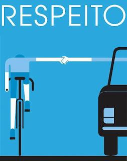 Em fundo azul, dois desenhos vistos de costas, à esquerda, um ciclista vestido em tons de azul e as partes expostas dos braços e pernas em branco, ele pedala em uma bicicleta preta. À direita, metade de um carro preto. Ao centro, com os braços estendidos,  o ciclista e o motorista apertam as mãos. Acima em letras grandes brancas lê-se: RESPEITO.
