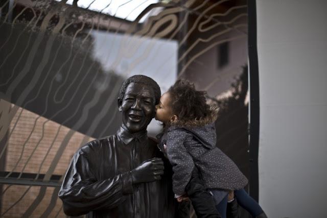 Las fotos más tiernas de niños con esculturas