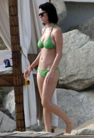 "Katy Perry displays ""Green Bikini"" in Mexico"