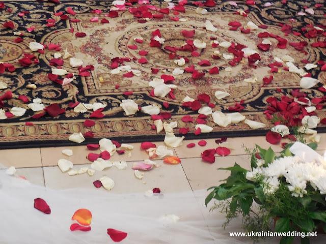 Вінчання у церкві, пелюстки троянд