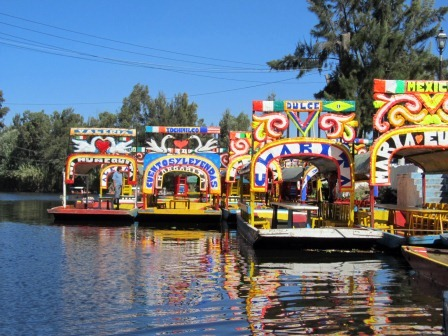 Trajineras en Xochimilco (Foto de Jorge Brazil, lic. CC)