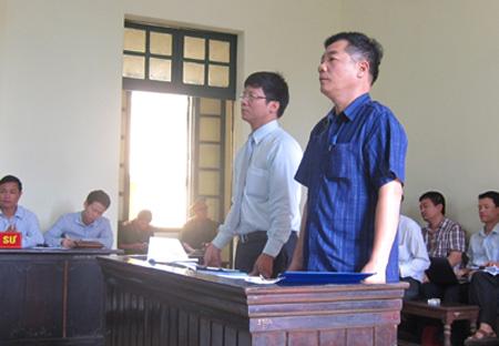 Nguyên đơn (áo trắng) và đại diện bị đơn - CA quận Cầu Giấy tại tòa.