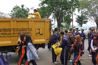 gotong Royong Bersihkan kota dengan petugas kebersihan
