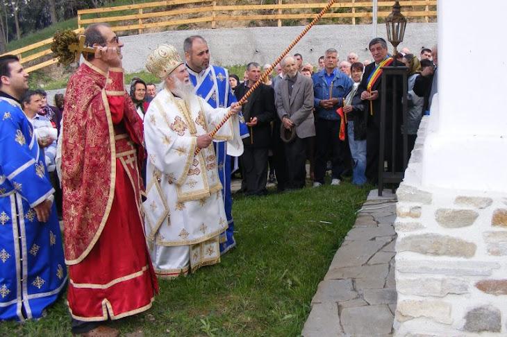 Părintele Mureșan Victor-Ovidiu, domnul primar Stoican și o mulțime de săteni
