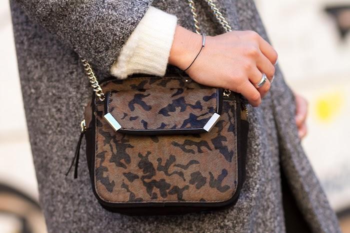 Bolso de pelo de estampado camuflaje de Zara