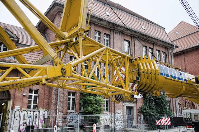 0439, Baustelle, Kranaufbau Denkmalgerechte Instandsetzung des Schulstandortes Pasteurstraße 09-11, 10407 Berlin, 02.02.2015
