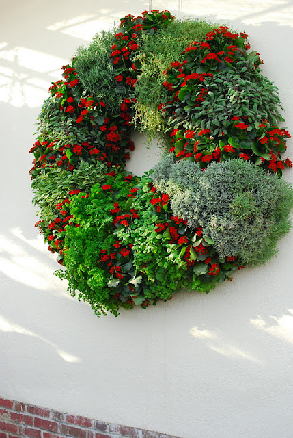 Wreath in the chilly hall to the fruit houses
