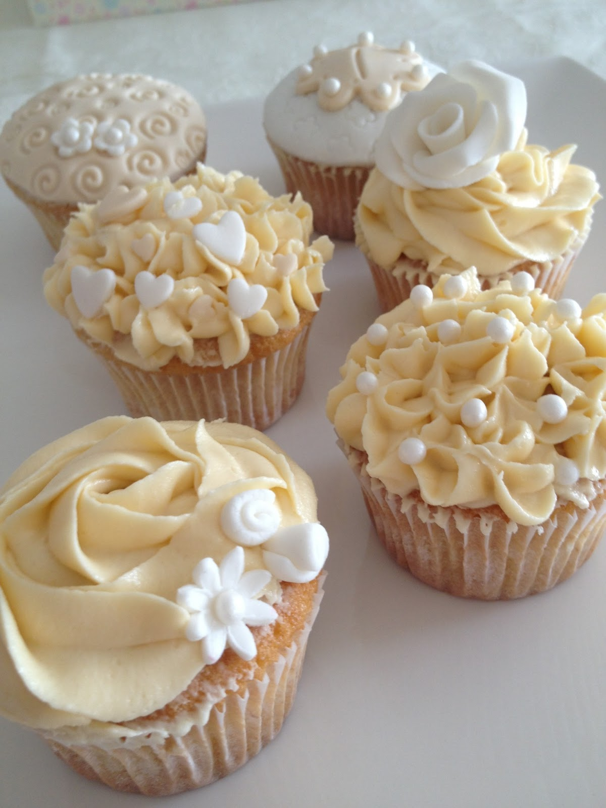 Dulce emma cupcakes de boda en blanco y marfil for Decoracion en cupcakes