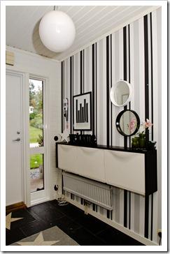 Un recibidor con trones de ikea en blanco y negro - Recibidores ikea ideas ...
