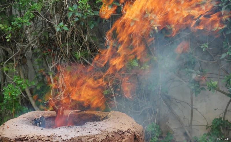Flammes au-dessus d'un four à méchoui