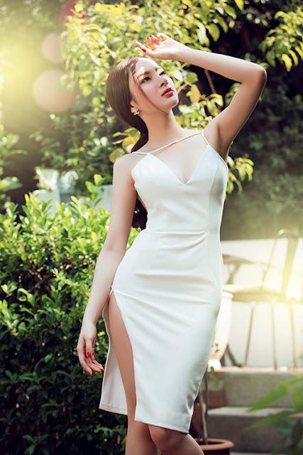 Những mẫu váy có điểm nhấn ở chi tiết chân váy xẻ tà cao đánh dấu sự trở lại trong mùa thời trang 2015 và Angle Phương Trinh đã nhanh chóng chọn cho mình mẫu trang phục sexy hợp mốt.