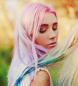 mujer con el cabello teñido mediante elumen