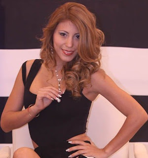 Delly Madrid con cabello suelto y ondulado