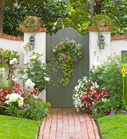 Cottage flavor welcoming garden gates for Pretty fencing ideas