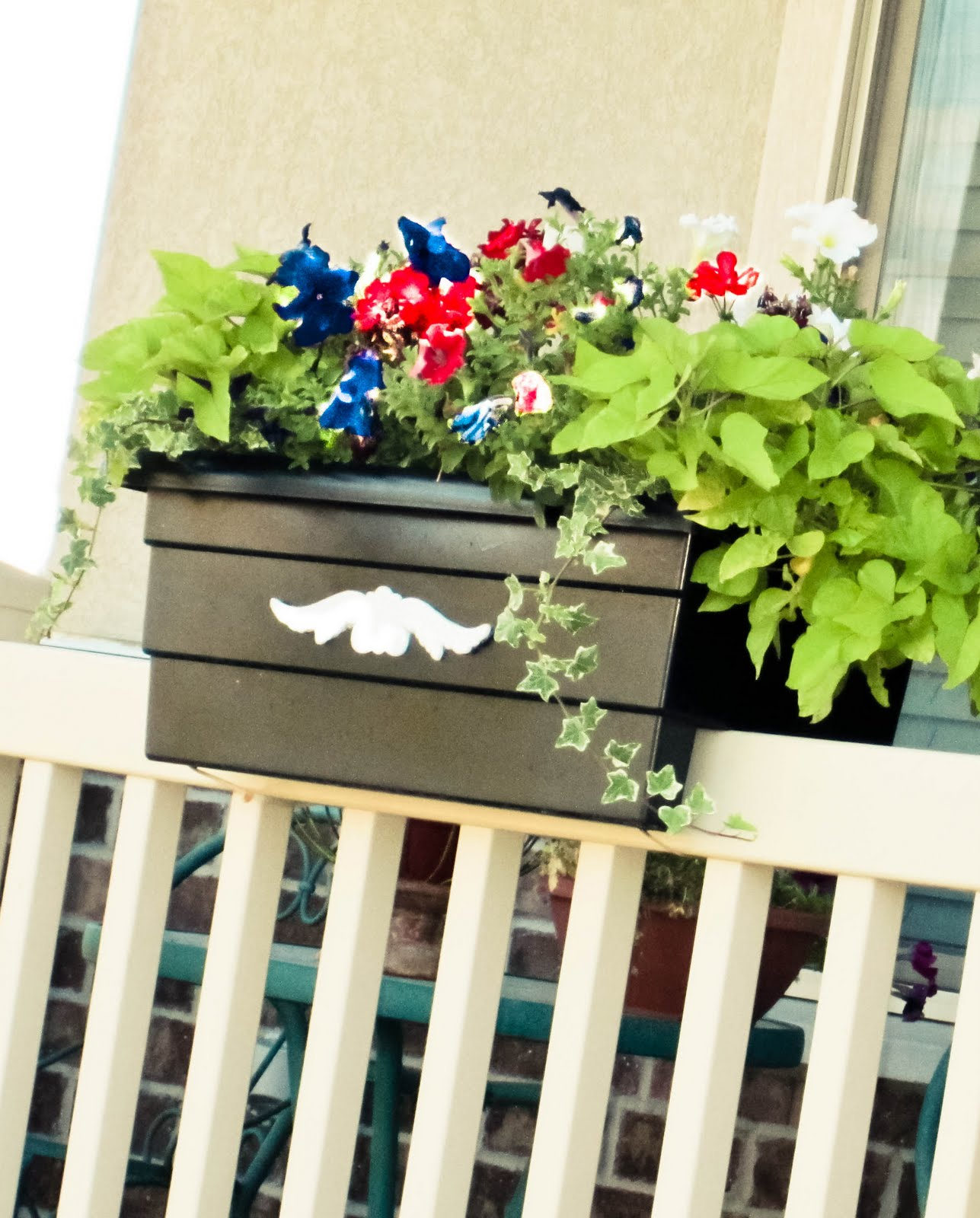 k i s s keep it simple sister flower box tutorial bringing southern charm to my porch. Black Bedroom Furniture Sets. Home Design Ideas