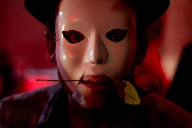 Por detrás de uma máscara sempre tem outra máscara ?