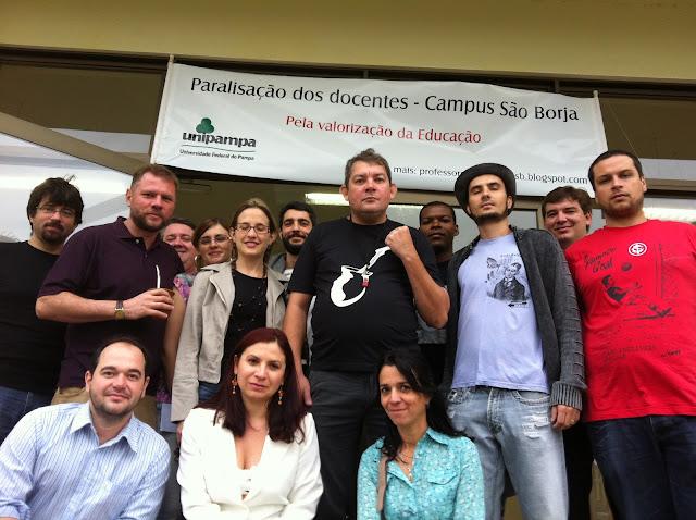 Professores da Unipampa reunidos no campus em prol da valorização da educação